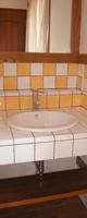 2階 黄色と白のタイルを使用した洗面所。