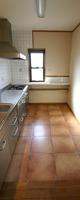 壁と床にタイルを貼り、きれいを保てるキッチン。
