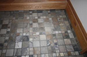 石張りの床が自然味と素材感を