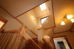 斜め天井の天窓から自然光が