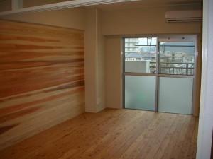 壁一面の杉板と断熱効果のあるガラスサッシ