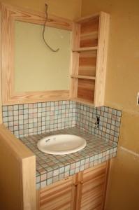 異形でやさしい色むらのあるタイルで洗面台を張りました