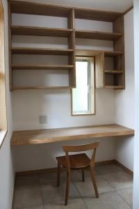 造りつけの机と本棚