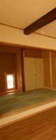 居間スペースからダイニング・和室を見る