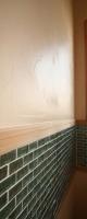漆喰塗り壁のやわらかい表情とガラスタイル。
