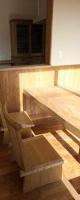 造り付けのテーブルとベンチ
