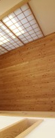 2階廊下から居間をのぞくと、唐松の床としっくい壁がとけあっています。