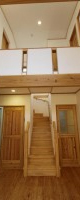 居間の奥にある階段