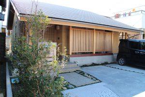 玄関廻り ヒメシャラ、寒椿、ツワブキなどがしっかり根付いて、玄関らしい雰囲気にあふれています。